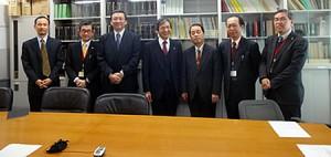 関係者集合写真 中央が竹下義樹会長