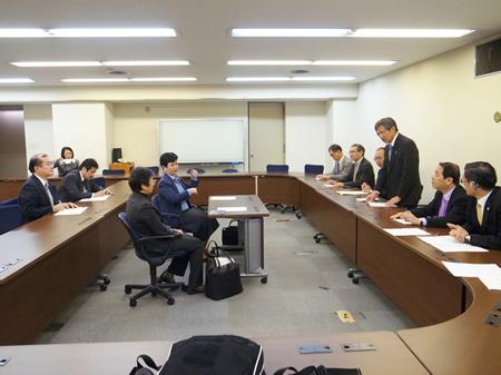 要望を述べる竹下義樹会長(右)の写真