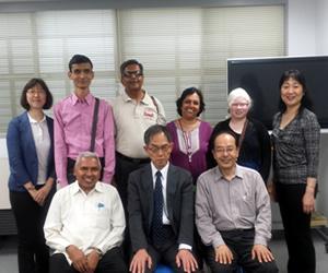 パンチャル博士(前列左)と大橋情報部長(前列中央)と日盲委の近藤事務局長(前列右)、インドの研修生達との集合写真