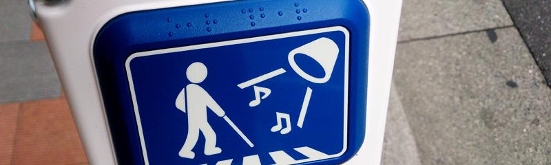 青いパネルには点字で「タッチスイッチ」と表記