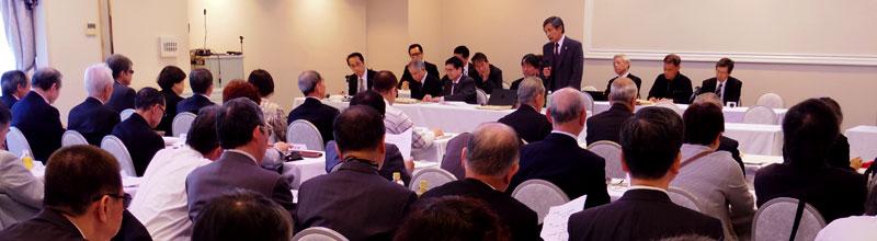 定期評議員会の冒頭、挨拶をする竹下義樹会長。