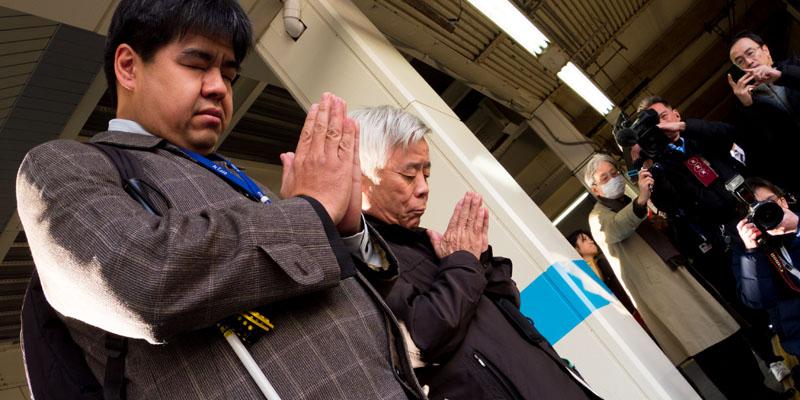 【写真の説明】黙祷を捧げる2人