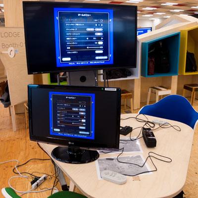 【写真の説明】会場に設置されたゲーム機とモニター