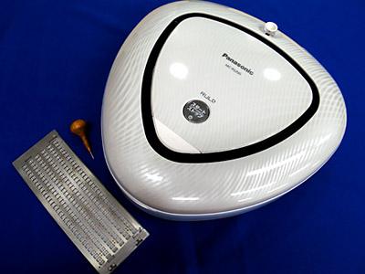 【写真の説明】日盲連結成70周年記念オリジナル懐中定規&Panasonic製お掃除ロボットRULO