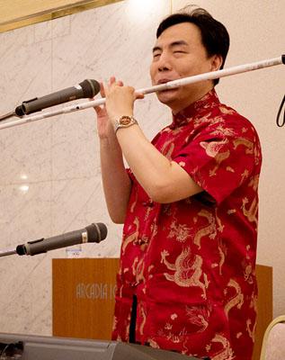 白杖を「吹く」楊氏