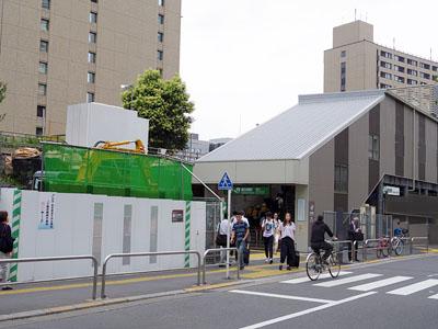 改良工事に伴い建設された「飯田橋駅」西口の仮設駅舎