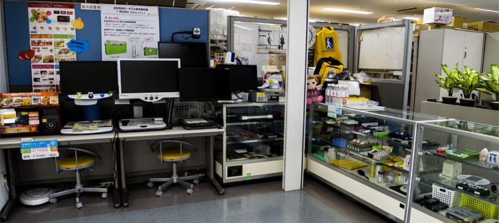 日盲連用具購買所です。店頭には、さまざまな日生具・補装具が並びます。